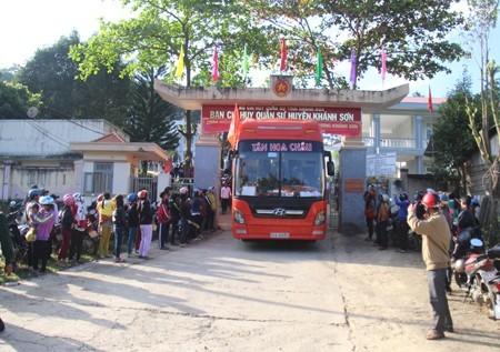 Đông đảo người dân huyện Khánh Sơn tiễn các thanh niên lên đường thực hiện nghĩa vụ quân sự.