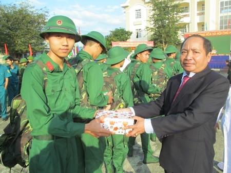 Ông Nguyễn Văn Đồng - Chủ tịch UBND huyện tặng quà cho tân binh