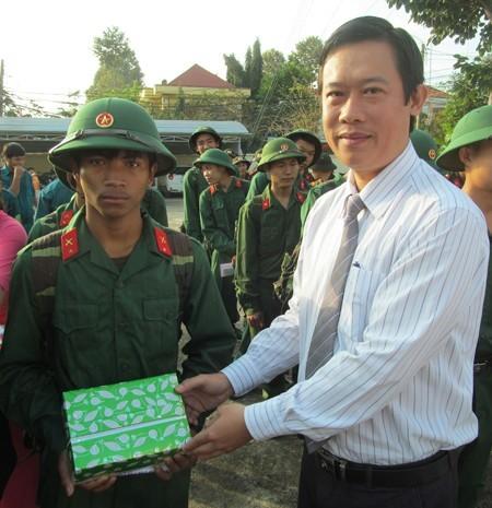 Lãnh đạo hội nông dân tỉnh tặng quà cho thanh niên