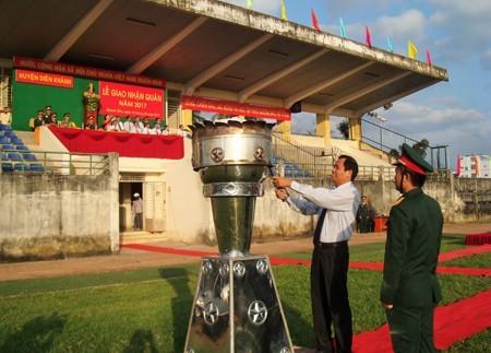 Ông Nguyễn Văn Ghi - Bí thư Huyện ủy Diên Khánh thực hiện nghi thức đốt đuốc truyền thống.