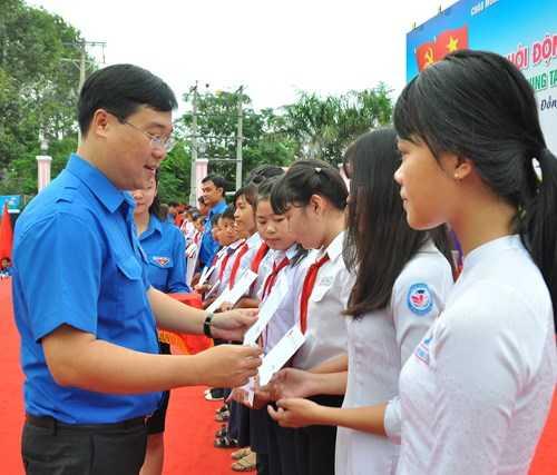 tang_qua_2_nroc Trung ương Đoàn khởi động tháng Thanh niên 2017