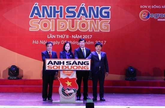 Các đồng chí lãnh đạo bấm nút khai mạc Hội thi