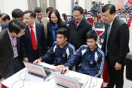 Các đồng chí lãnh đạo thăm và động viên các thí sinh tham gia Hội thi tại ĐH Quốc gia Hà Nội