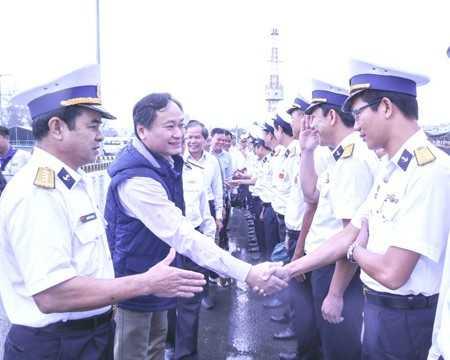 Ông Nguyễn Đắc Tài thăm hỏi động viên cán bộ, chiến sĩ Học viện Hải quân.