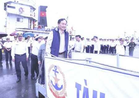 Ông Nguyễn Đắc Tài cùng đoàn công tác lên tàu.