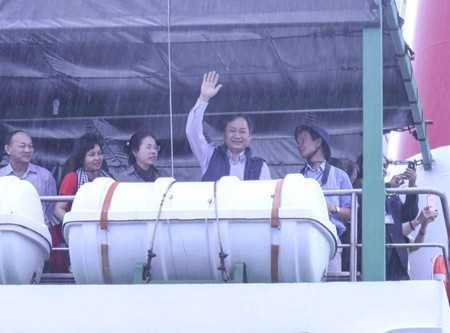 Ông Nguyễn Đắc Tài vẫy tay chào trước chuyến đi.