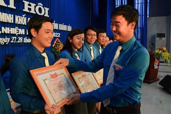 Tỉnh đoàn khen thưởng các cá nhân xuất sắc