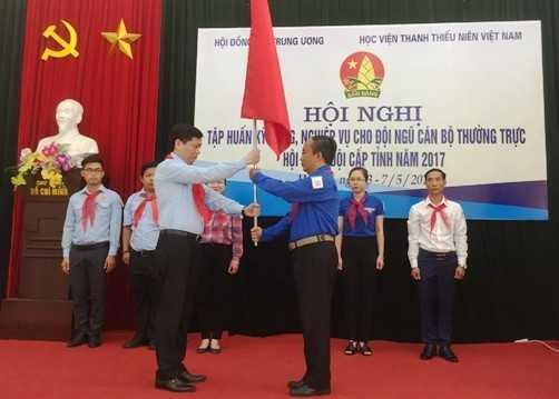 Nguyễn Long Hải - Bí thư BCH Trung ương Đoàn, Chủ tịch Hội đồng Đội Trung ương trao cấp hiệu chỉ huy và cờ cho liên đội tạm thời