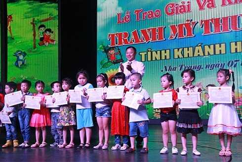 images5001479_MT4 Giải thưởng Mỹ thuật thiếu nhi Khánh Hòa 2017: 75 tác phẩm được trao giải Vàng