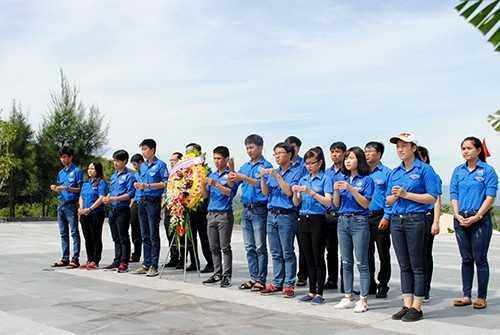 GM 1 - Đoàn trường Đại học Nha Trang dâng hương tại khu tưởng niệm chiến sĩ Gạc Ma