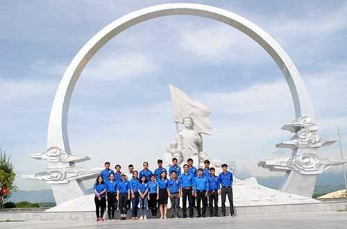 GM 3 - Đoàn trường Đại học Nha Trang dâng hương tại khu tưởng niệm chiến sĩ Gạc Ma