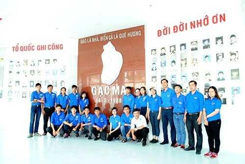 GM 4 - Đoàn trường Đại học Nha Trang dâng hương tại khu tưởng niệm chiến sĩ Gạc Ma