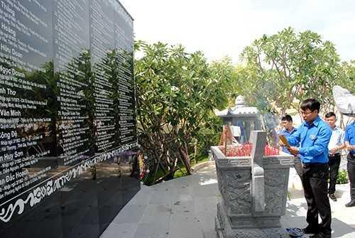 GM 5 - Đoàn trường Đại học Nha Trang dâng hương tại khu tưởng niệm chiến sĩ Gạc Ma