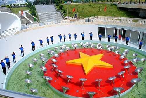 GM 6 - Đoàn trường Đại học Nha Trang dâng hương tại khu tưởng niệm chiến sĩ Gạc Ma