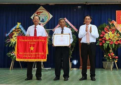 Ông Lê Đức Vinh trao cờ thi đua xuất sắc cho Trường THPT Lý Tự Trọng.