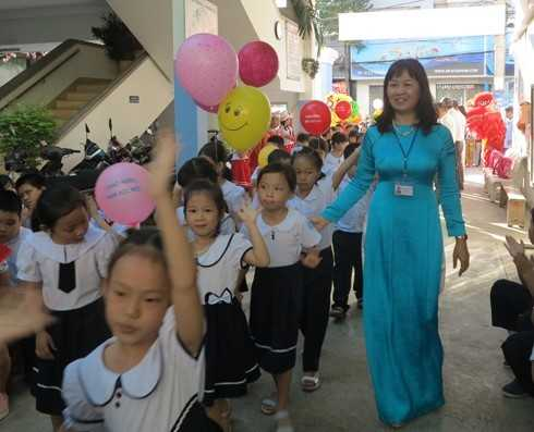 Hiệu trưởng trường Tiểu học Phương Sài chào đón học sinh lớp 1