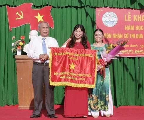 Ông Đào Công Thiên trao cờ thi đua xuất sắc cho Trường THPT Ngô Gia Tự.