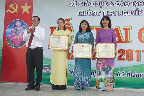 Ông Trần Ngọc Thanh trao bằng khen của UBND tỉnh cho 3 giáo viên.