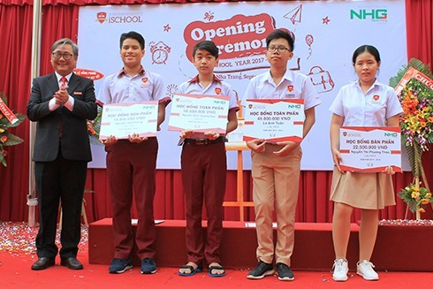Lãnh đạo Trường iSchool Nha Trang trao học bổng cho các học sinh.