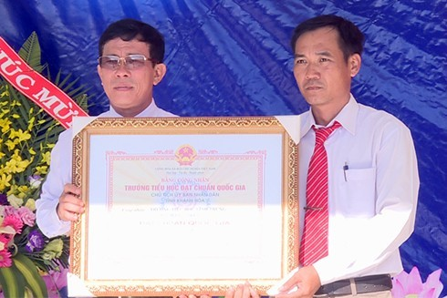 Lãnh đạo Phòng Giáo dục và Đào tạo TP. Nha Trang trao bằng công nhận trường chuẩn quốc gia cho Trường Tiểu học Vĩnh Trung.