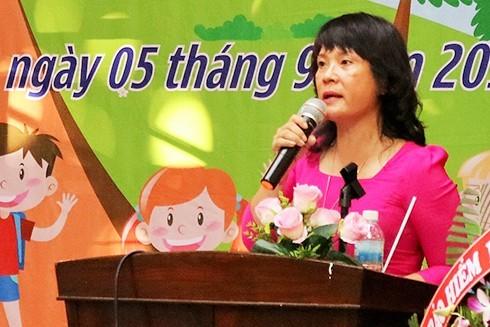 Cô Bùi Thị Thu Hà, hiệu trưởng nhà trường phát biểu tại lễ khai giảng.