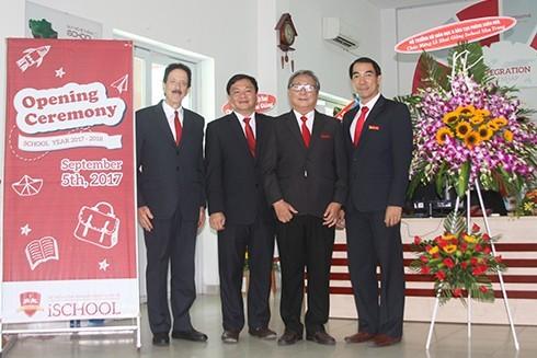 Trường iSchool Nha Trang nhận lẵng hoa chúc mừng của Bộ trưởng Bộ Giáo dục và Đào tạo.