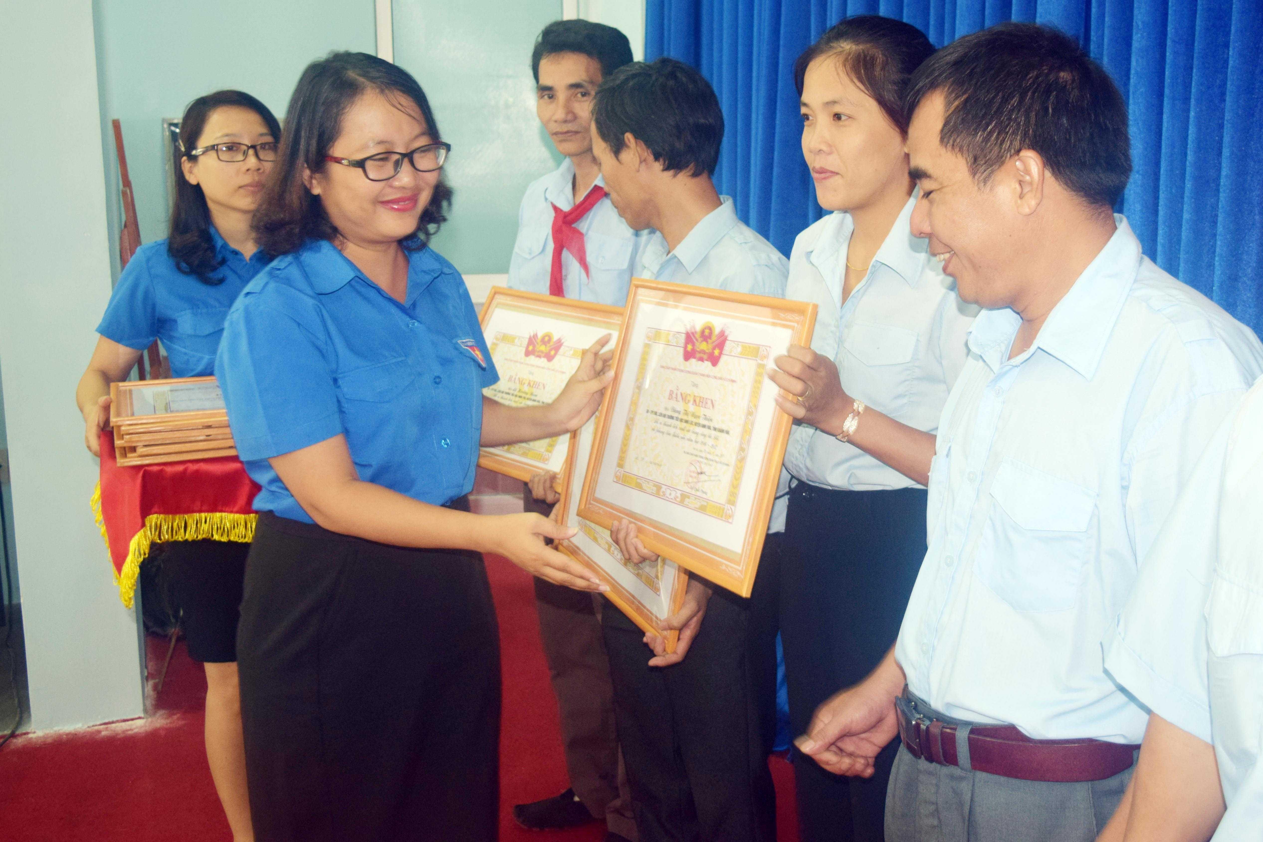 images 2017 hoi dong doi tinh tong ket 2016 2017 dsc 0178 76c7a - 22 tập thể, 22 cá nhân được Trung ương Đoàn tặng bằng khen vì có thành tích xuất sắc trong hoạt động công tác Đội và phong trào thiếu nhi năm học 2016-2017