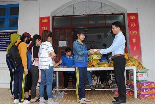 DTN 2 - Hỗ trợ gần 1.000 sinh viên gặp khó khăn; Huy động hàng nghìn đoàn viên tham gia khắc phục hậu quả sau bão.
