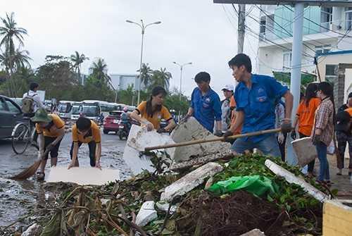 DTN 6 - Hỗ trợ gần 1.000 sinh viên gặp khó khăn; Huy động hàng nghìn đoàn viên tham gia khắc phục hậu quả sau bão.