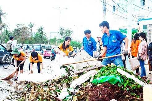 Sinh viên tình nguyện Đoàn trường Đại học Nha Trang tham gia hoạt động ngoại khóa