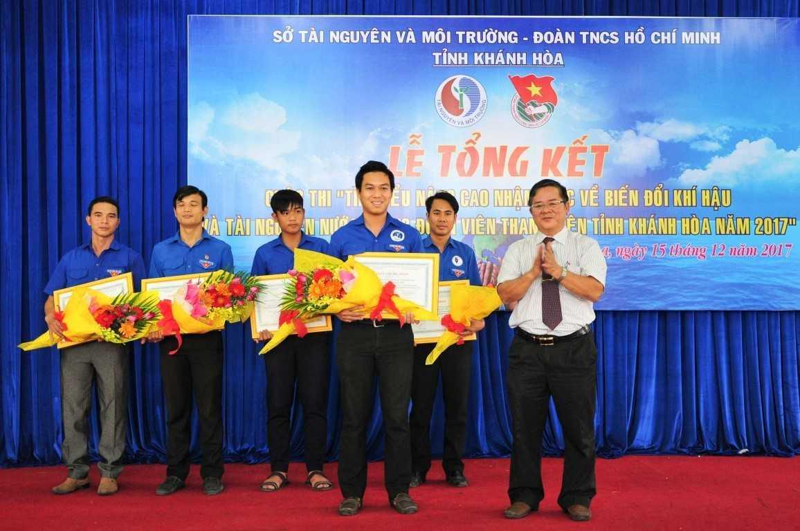 Đồng chí Mai Xuân Hưng, Phó Giám đốc Sở Tài nguyên và Môi trường, Trưởng Ban tổ chức Cuộc thi trao giải nhất tập thể cho trường Cao đẳng Y tế Khánh Hòa