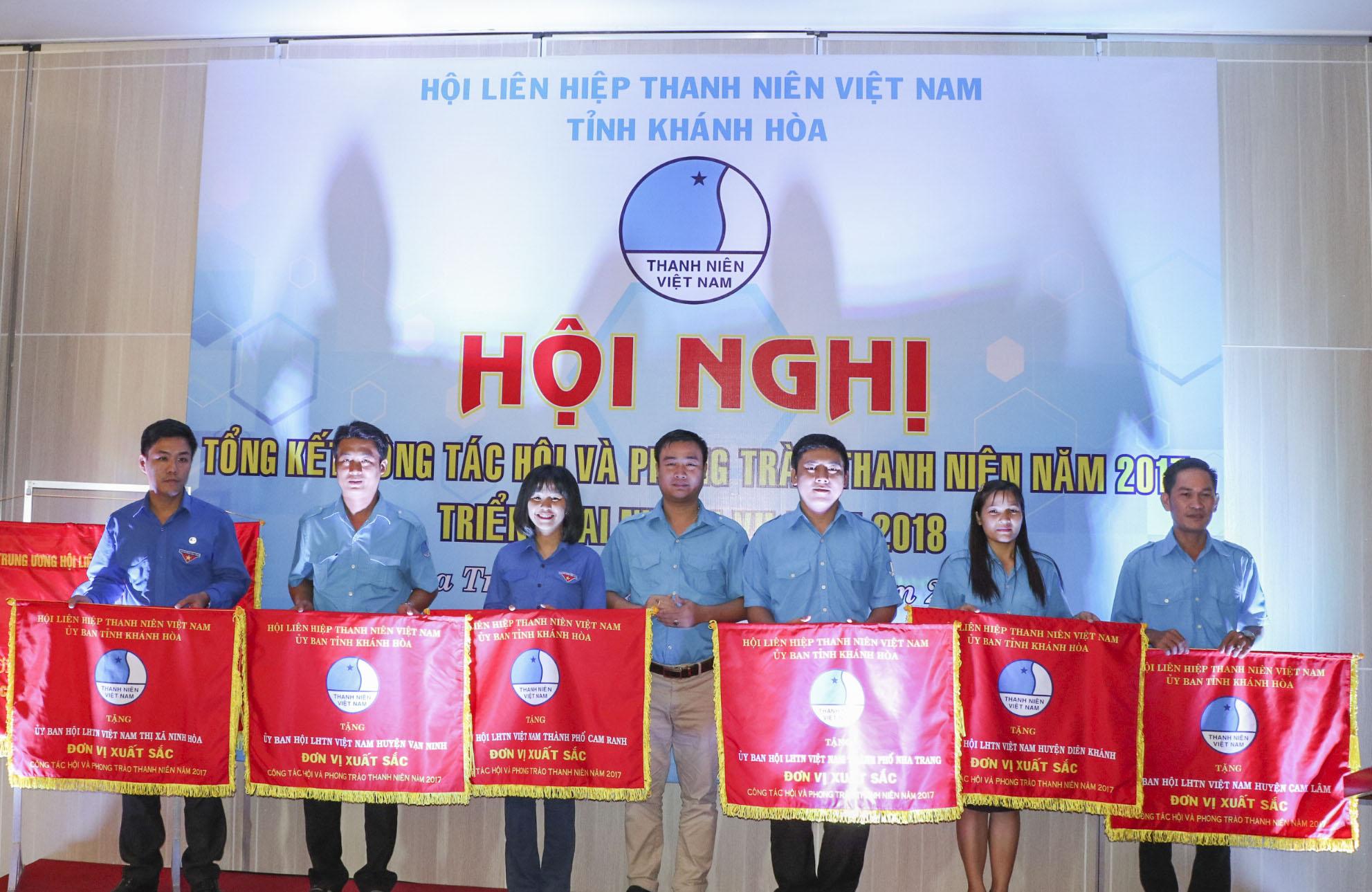 Anh Nguyễn Văn Nhuận - Bí thư Tỉnh đoàn, Chủ tịch Hội Liên hiệp Thanh niên Việt Nam tỉnh trao cờ thi đua xuất sắc cho các tập thể xuất sắc