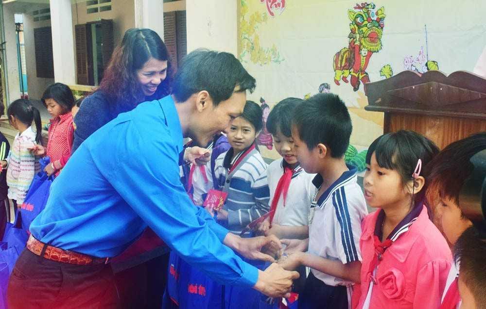 """images_2018_02_nang_buoc_em_toi_truong_khanh_vinh_dsc_0106_8e3ae Trao tặng công trình măng non """"Nâng bước em đến trường""""tại huyện Khánh Vĩnh"""
