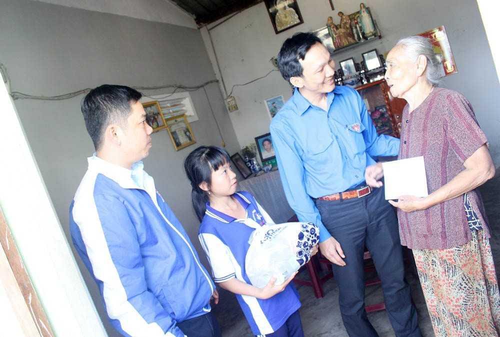 """images_2018_02_nang_buoc_em_toi_truong_khanh_vinh_img_6178_04ecf Trao tặng công trình măng non """"Nâng bước em đến trường""""tại huyện Khánh Vĩnh"""