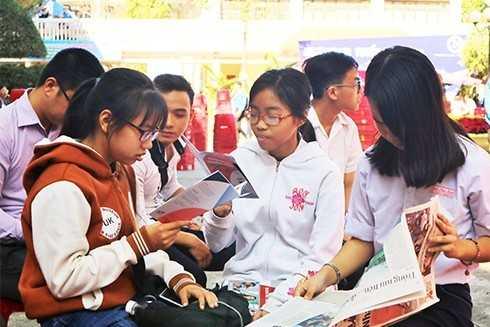 images5326425 H c sinh t m hi u th ng tin tuy n sinh - Gần 5.000 học sinh tham gia tư vấn tuyển sinh - hướng nghiệp