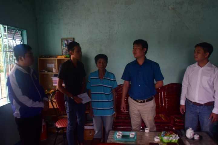 images 2018 02 tang qua thanh nien nhao ngu dsc 0166 027f1 - Tỉnh đoàn thăm, động viên và tặng quà cho các thanh niên trúng tuyển nghĩa vụ quân sự có hoàn cảnh khó khăn tại thành phố Cam Ranh