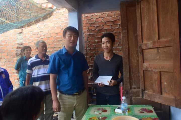 images 2018 02 tang qua thanh nien nhao ngu dsc 0170 6b502 - Tỉnh đoàn thăm, động viên và tặng quà cho các thanh niên trúng tuyển nghĩa vụ quân sự có hoàn cảnh khó khăn tại thành phố Cam Ranh