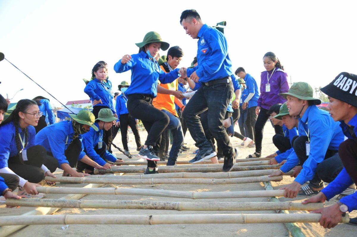 Đoàn viên thanh niên tham gia thi các trò chơi dân gian tại Hội trại.