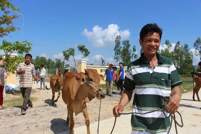 20180419trao bo giong 2 15241363049461300151125 - Báo Tuổi Trẻ trao tặng 30 con bò giống cho bà con vùng bão lũ