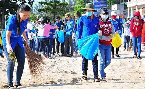 Các đoàn viên, thanh niên ra quân dọn vệ sinh bãi biển.