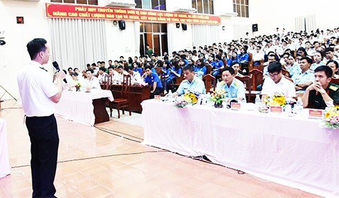 Học viên của Học viện Hải quân trình bày tham luận bằng tiếng Anh.