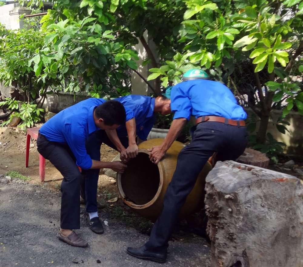 Dọn dẹp các dụng cụ chứa nước, phòng bọ gậy, lăng quăng