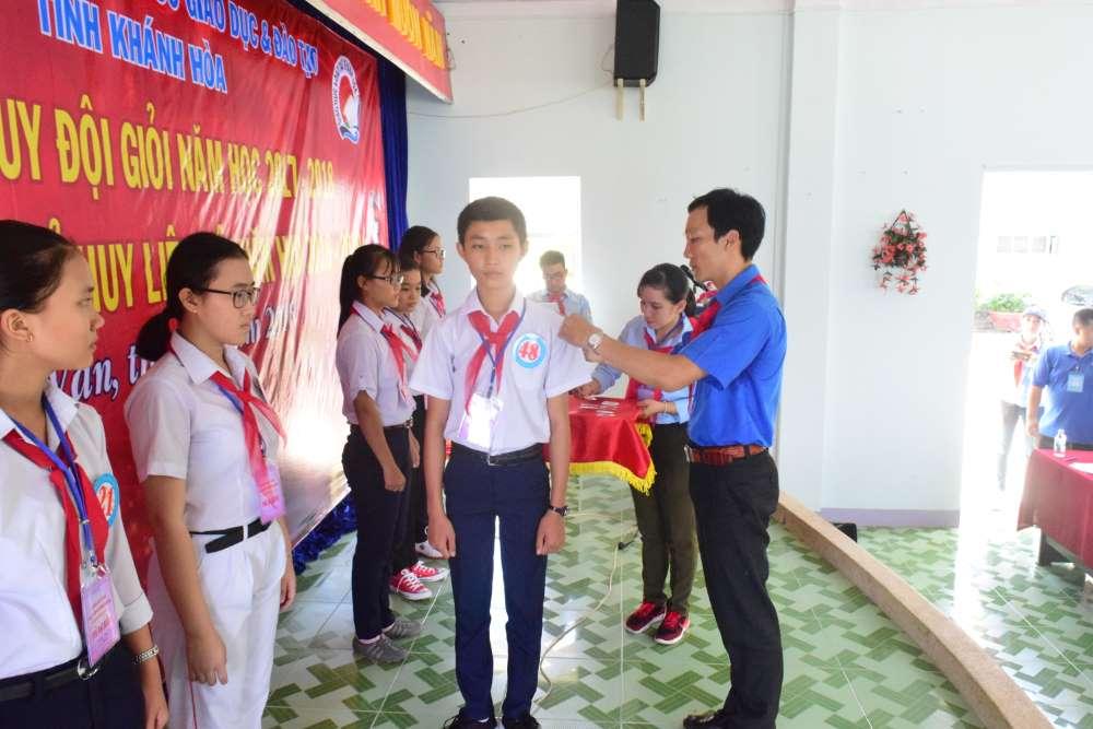 Đồng chí Trương Tấn Hùng gắn Cấp hiệu chỉ huy  cho Ban Chỉ huy Liên đội Lớp tập huấn
