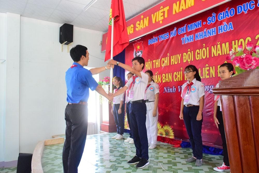 Đồng chí Trương Tấn Hùng - Phó Bí thư Tỉnh đoàn, Chủ tịch Hội đồng Đội tỉnh trao cờ cho Liên đội Trưởng Lớp tập huấn