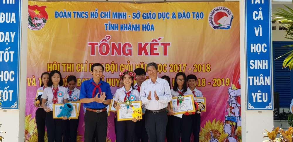 Đồng chí Lê Đình Thuần, Phó Giám đốc Sở GDĐT và Đồng chí Trương Tấn Hùng - Phó Bí thư Tỉnh đoàn, Chủ tịch Hội đồng Đội tỉnh trao giải nhất hội thi