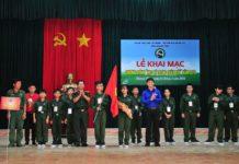 Đồng chí Bùi Hoài Nam - Phó Bí thư Tỉnh đoàn và đồng chí Trần Thân - Phó Chính ủy Bộ chỉ huy quân sự tặng cờ và hoa cho các Tiểu đội
