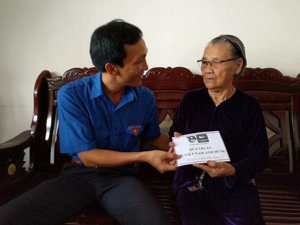 Đồng chí Trương Tấn Hùng - Phó Bí thư Tỉnh đoàn, Chủ tịch Hội đồng Đội tỉnh thăm hỏi, tặng quà tri ân Mẹ Đào Thị Lưu (phường Phước Long, Nha Trang).