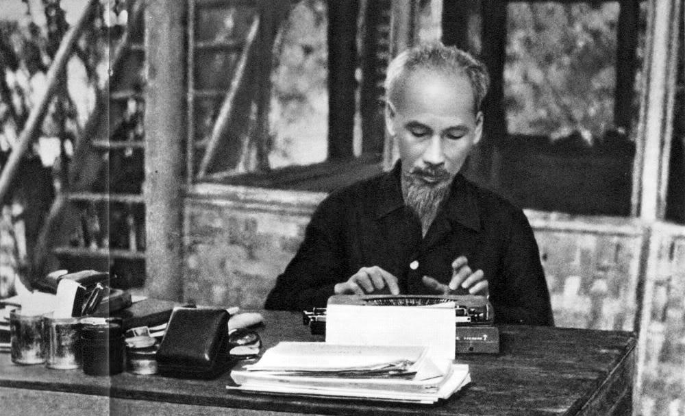 Từ chiếc máy đánh chữ của Người đã ra đời nhiều văn kiện liên quan đến vận mệnh đất nước.