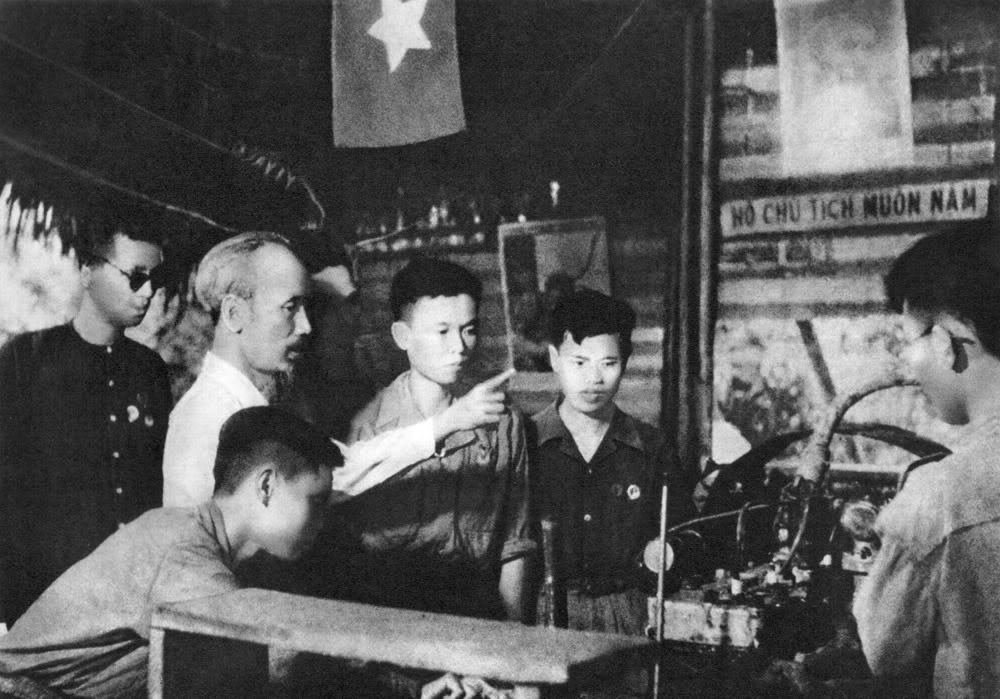 Hồ Chủ tịch thăm một xưởng công binh tại căn cứ Việt Bắc trong những năm kháng chiến chống thực dân Pháp.