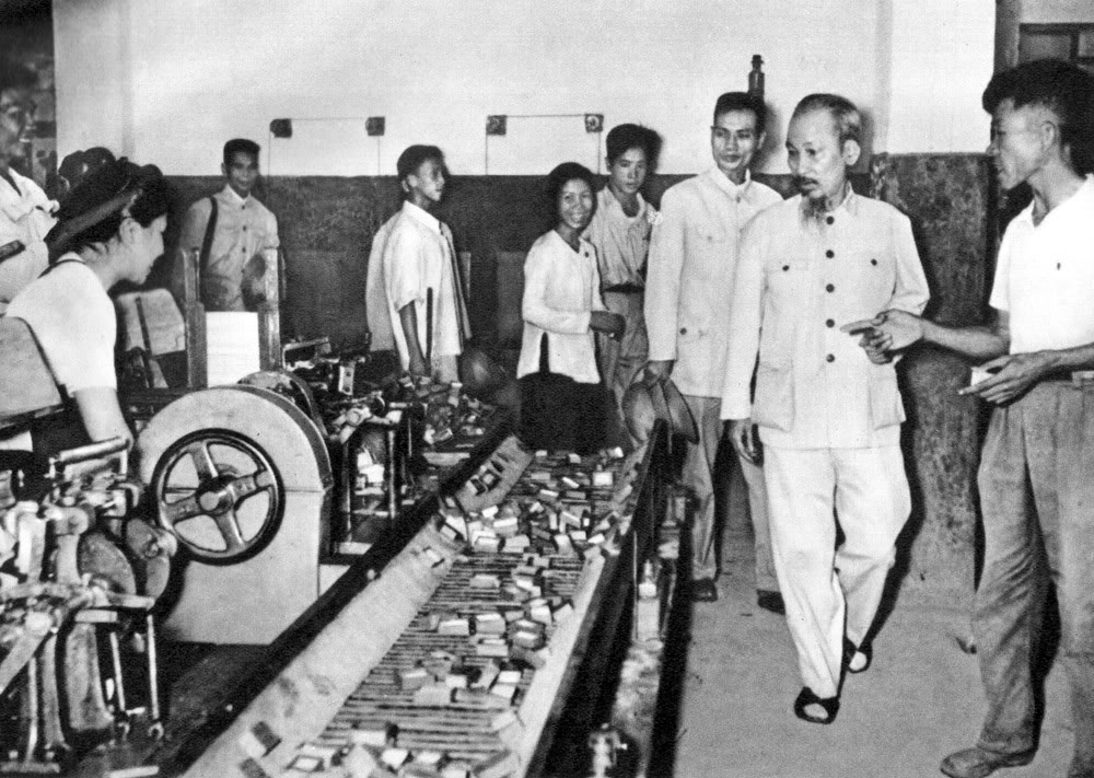 Người thăm nhà máy diêm Thống Nhất những năm đầu khôi phục kinh tế (1956).